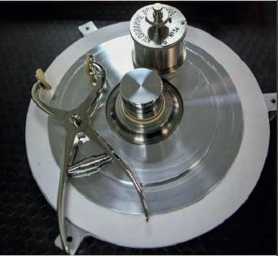 Türkiye'nin 54 numaralı Ulusal Kilogram Standardı. %90 platin ve %10 iridyum alaşımından yaklaşık 39 mm yüksekliğinde ve çapında bir silindir biçiminde üretilmiştir.